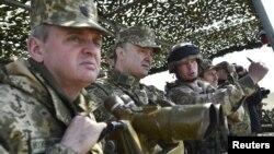 Виктор Муженко и Петр Порошенко во время военных учений вблизи Николаева, 2016 год
