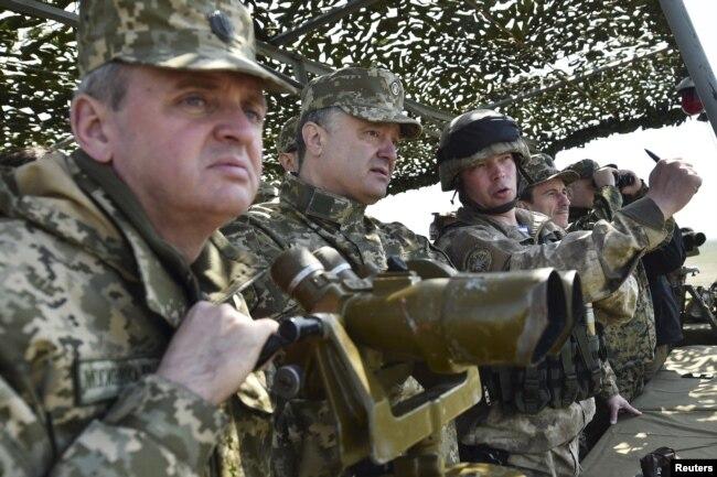 Віктор Муженко і Петро Порошенко під час військових навчань неподалік Миколаєва, 2016 рік