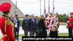 Președintele georgian Giorgi Margvelașvili a depus flori la un cimitir din Tbilisi.