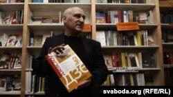 Галоўны рэдактар «Дзеяслова» Барыс Пятровіч на ўручэньні прэміі летась