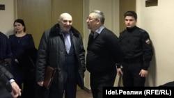Николай Максимов со своим адвокатом в коридоре Вахитовского райсуда Казани
