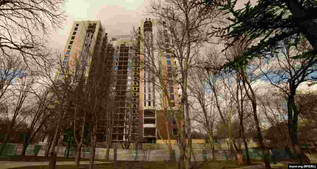 Элитная высотка того же «Владограда» в стадии завершения в сквере Партизанской славы. Новостройка значительно уменьшила площадь прогулочной и зеленой зоны сквера