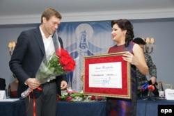 Așa-numita donație caritativă a Anei Netrebko înmînată liderului separatist Oleg Țariov