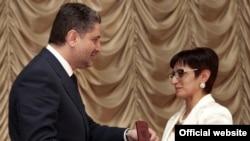 Վարչապետ Տիգրան Սարգսյանը «Տարվա լավագույն ուսուցիչ 2009»-ի հաղթողներին պարգեւատրելիս