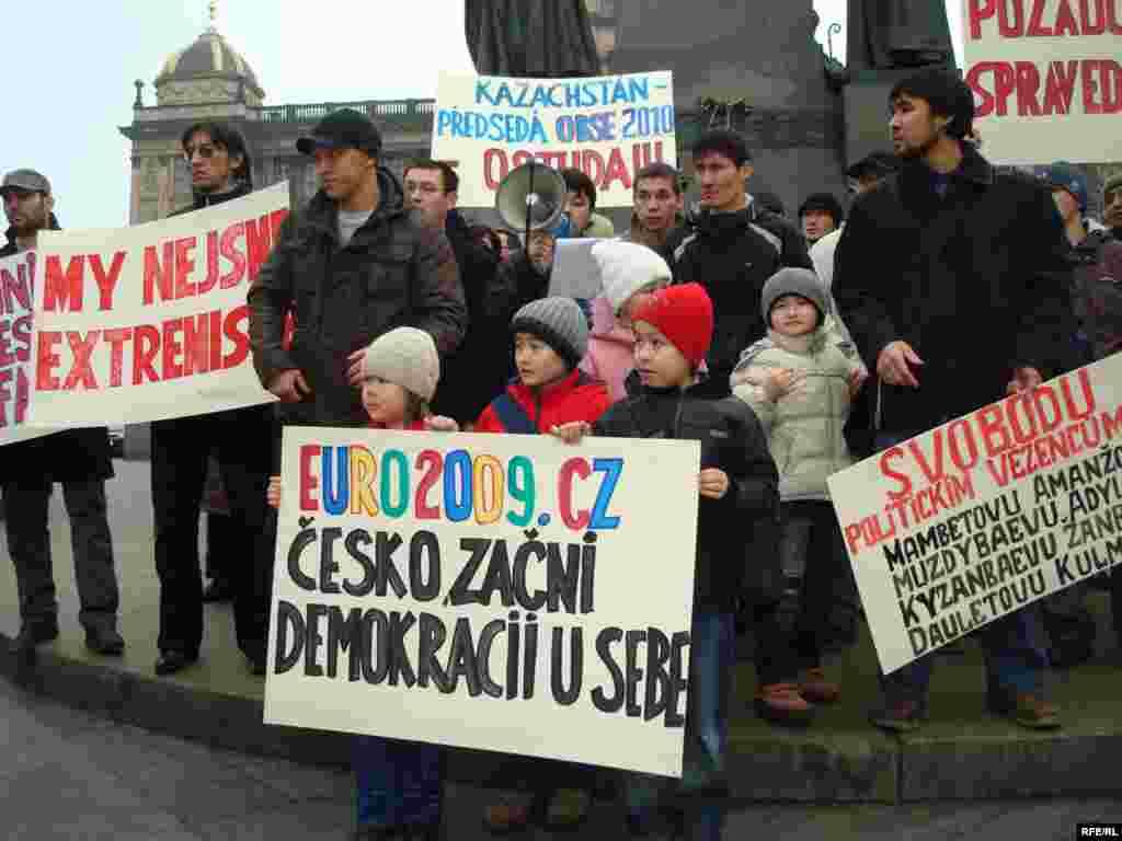Казахские беженцы предъявили властям Чехии политические требования - Казахские беженцы вышли на митинг с лозунгами на чешском и английском языках. Двухчасовая демонстрация протеста была санкционирована пражскими властями.