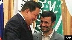 Солдан оңға қарай: Венесуэла президенті Уго Чавес пен Иран президенті Махмуд Ахмадинежад.