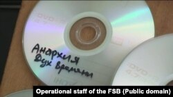 Фото российских силовиков, сделанные при обыске у Евгения Каракашева