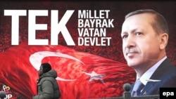 """Төркия президенты Рәҗәп Эрдоган һәм """"Бер милләт, бер байрак, бер ватан, бер дәүләт"""" дип язылган баннер"""