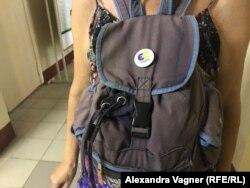 """Значок на рюкзаке сторонницы """"Европейской солидарности"""""""