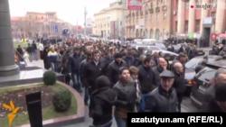 Բողոքի ակցիայի մասնակիցները շարժվում են դեպի Քննչական կոմիտեի շենք, 9-ը փետրվարի, 2015թ․