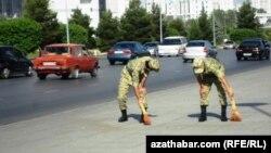 Türkmenistan. Köçe süpürýän esgerler.