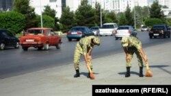 Солдаты убирают улицы, Туркменистан