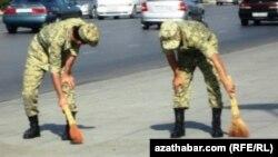 Türkmenistanda esgerler şahsy hojalyklara 'günlükçi' hökmünde ugradylýar