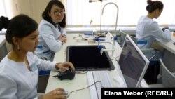 Студенты в лаборатории темиртауского политехнического колледжа. Иллюстративное фото.