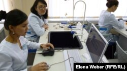 Техникалық мамандыққа оқып жатқан студенттер. Қазақстан, 11 сәуір 2012 жыл. (Көрнекі сурет)