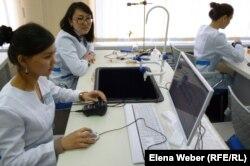 Студенты в лаборатории. Иллюстративное фото.