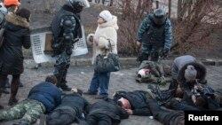 Бійці спецпідрозділу «Беркут» і поранені активісти Майдану, Київ, 18 лютого 2014 року