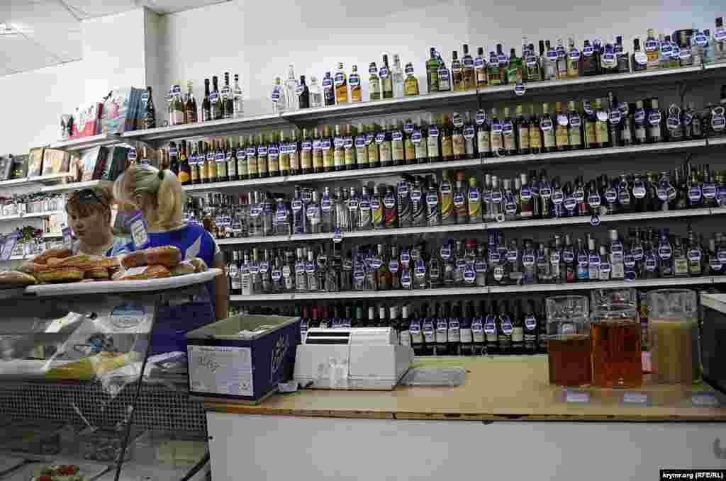 Рынок спиртного в Крыму насыщается как-то специфически – хоть все, абсолютно все спиртное имеет штрих-код, начинающийся на «46», то есть товар производства России, большая часть марок водки, коньяков и пива, имеет до боли знакомые этикетки. «Хортица», «Немирофф», «Черниговское», «Жан-Жак» - самые популярные украинские бренды.