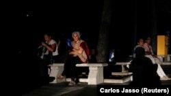 گروهی از مردم کاراکاس هنگام خاموشی در یک پارک نشستهاند.