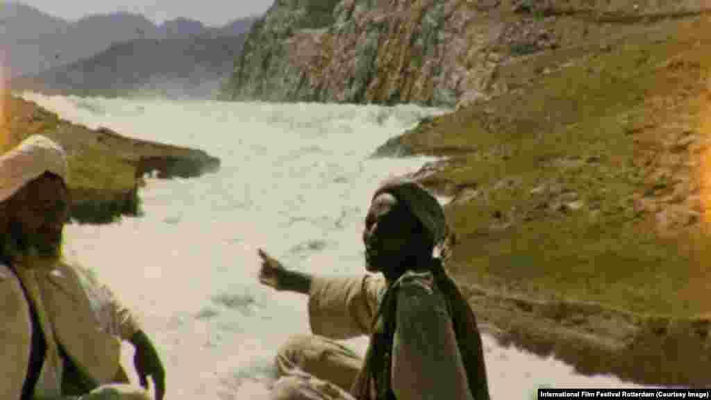 Әйгілі британдық документалист Адам Кертис «Ащы көл» фильмінде батыс саясаткерлері мен журналистерінің Ауғанстан жайлы айтқандарына сенбеуге шақырады.