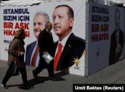 Рекламные баннеры и стенды партии Эрдогана в Анкаре