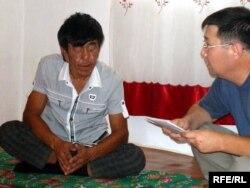Нуржан беседует с репортером радио Азаттык. Cело Мукыр Кызылкогинского района Атырауской области. 17 июля 2009 года.