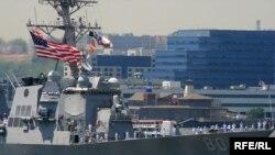 Военные корабли самых разных типов и размеров, люди в морской военной форме - все это Fleet Week