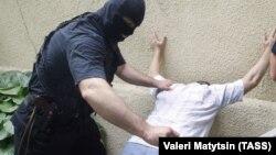 Задержание подозреваемого в хранении наркотиков (архивное фото)