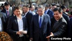 Сапар Исақов (чапда) собиқ президент Алмазбек Атамбаевнинг энг яқин одамларидан бири сифатида кўрилади.