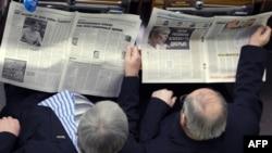 Ukrainian parliament deputies catching up on the news.