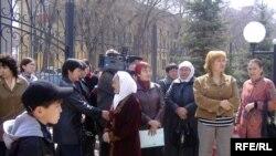 Родные задержанных на границе с Узбекистаном у здания КНБ по Актюбинской области, куда они обратились за помощью. Актобе, 17 апреля 2009 года.