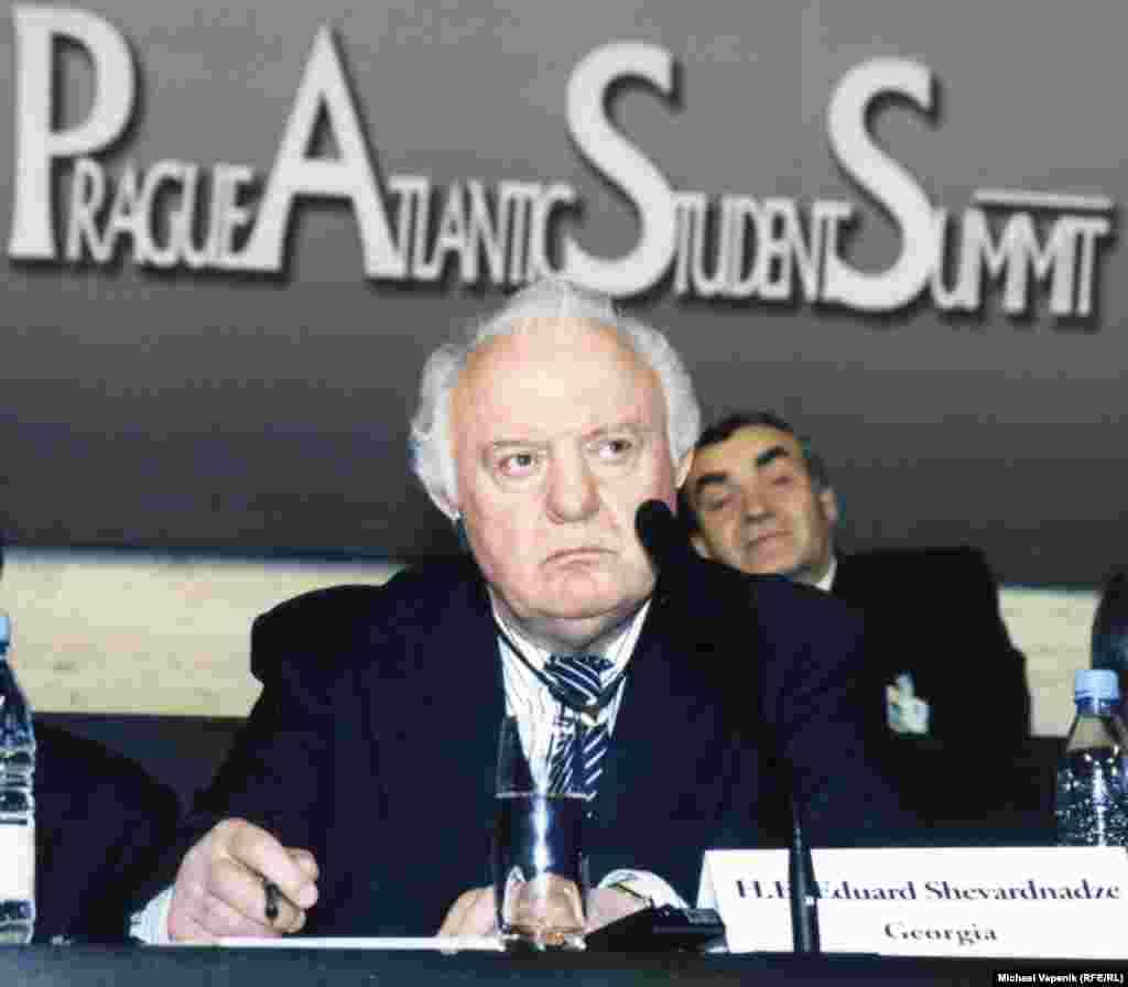 Эдуард Шеварднадзе дар форуми Радиои Озодӣ дар Прага, ноябри соли 2002