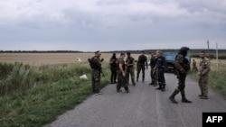 Бойовики угруповання «ДНР», яке в Україні визнано терористичним, на місці падіння «Боїнгу-777», Грабово, Донецька область, 17 липня 2014 року