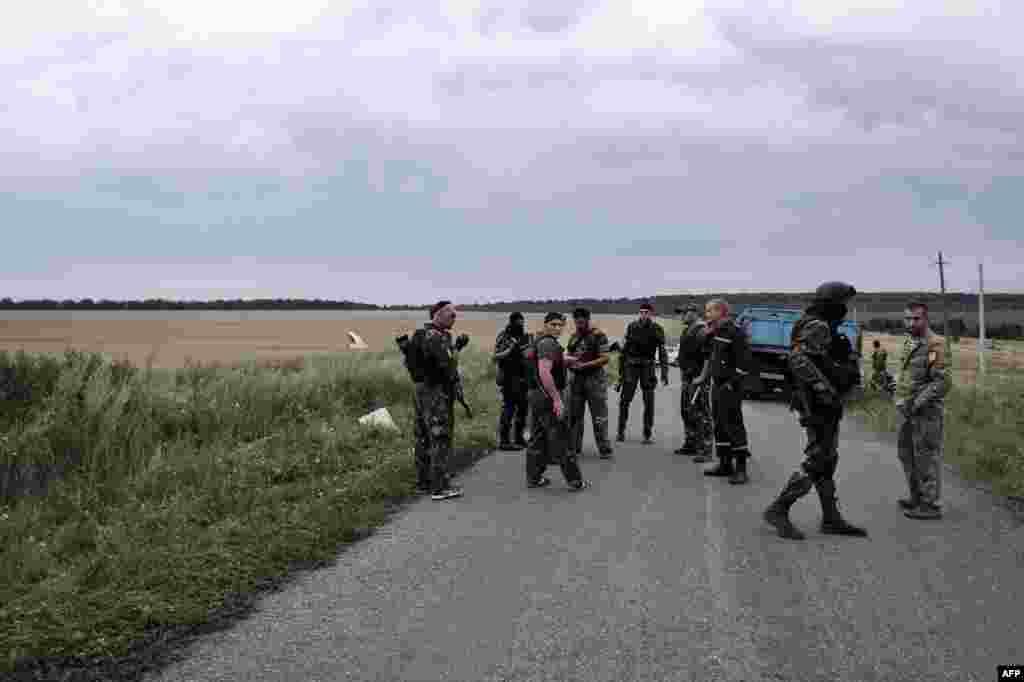 Бойовики угрупування«ДНР» поряд з місцям падіння«Боїнгу-777»