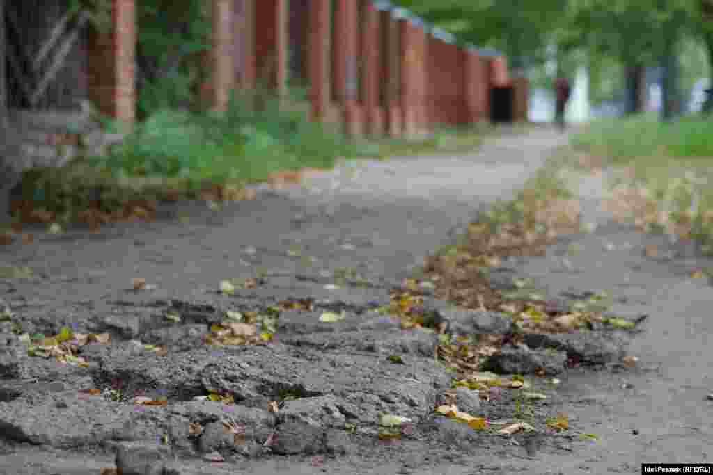 Потому что покрытие самого тротуара осталось, как и прежде, в плачевном состоянии.