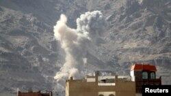 Дим після авіаудару біля столиці Ємену Сани, 1 червня 2015 року