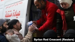 Волонтери сирійського Червоного півмісяця роздають допомогу в Східній Гуті, 5 березня 2018 року