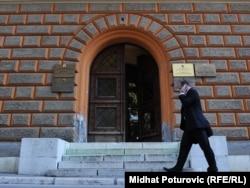 Sudovi nisu negirali činjenicu postojanja dvije škole u jednoj školskoj zgradi, ali su to tumačili isključivo kao administrativno pitanje, a ne pitanje razdvajanja djece po etničkom principu u obrazovnom procesu, navedeno je u obrazloženju presude Ustavnog suda BiH (na fotografiji ulaz u Ustavni sud BiH)