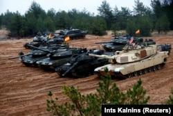 """Войска из США, Германии, Испании и Польши участвуют в учениях """"Железный томагавк"""" на территории Латвии в октябре 2018 года"""