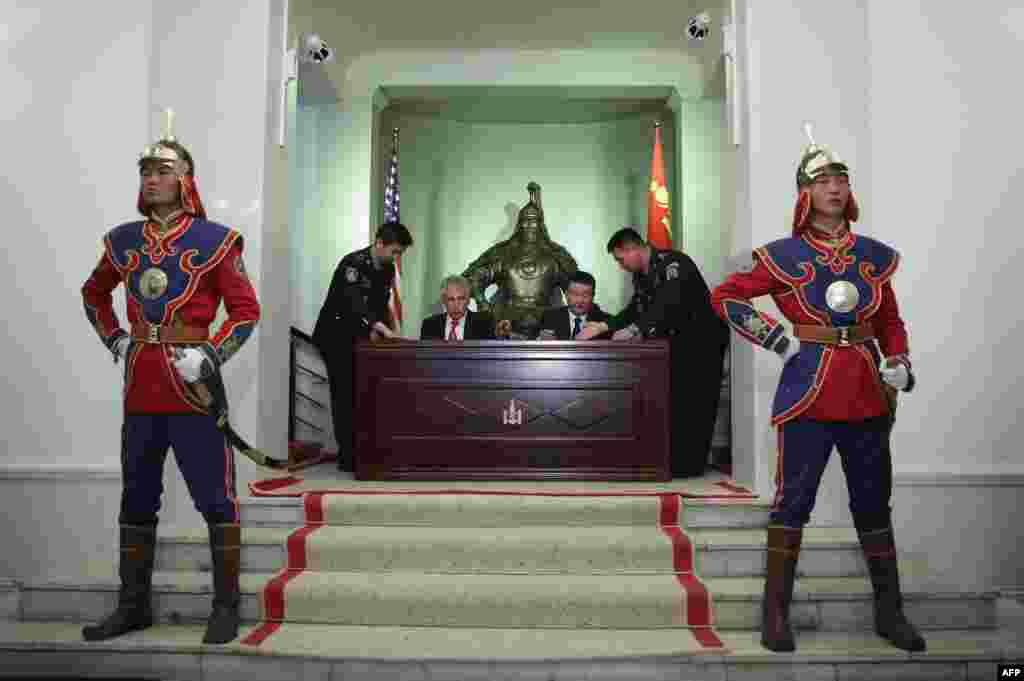 Ulan Batorda ABŞ-ın Müdafiə naziri Chuck Hagel (solda) monqolustanlı həmkarı Dashdemberal Bat-Erdene ilə anlaşma memorandumu imzalayarkən. (AFP/Alex Wong)
