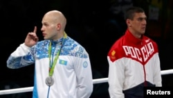 Казахстанский боксер Василий Левит и российский боксер Евгений Тищенко на церемонии награждения на Олимпиаде в Рио. 15 августа 2016 года.