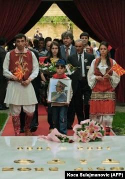 'Što se tiče Makedonaca oni su oslobođenje nakon Balkanskih i Prvog svetskog rata doživljavali samo kao zamenu ropstva - srpskim umesto turskog.' (Makedonci pored Titovog groba, 2005.)