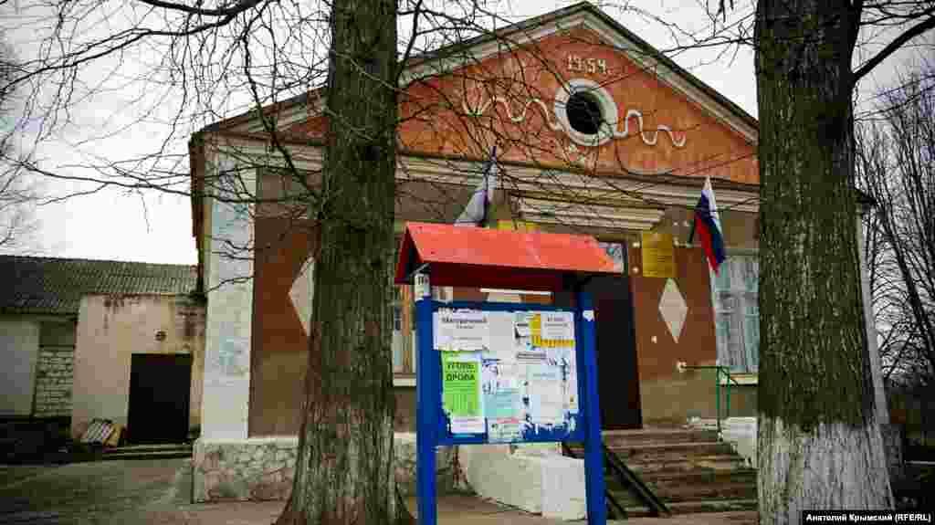 Здание сельсовета построили в год передачи Крымской области в состав Украинской ССР
