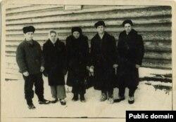 Наріман Гафаров (зліва) зі співвітчизниками. Марійська АРСР, ділянка 52, 1955 рік