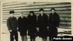 Нариман Гафаров (слева) с соотечественниками. Марийская АССР, участок 52, 1955 год