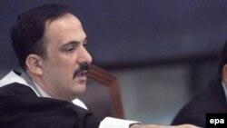 محمد عریبی قاضی دادگاه هنگامی که علی شیمیایی شروع کرد در سوگ صدام حسین قران بخواند، آقای عریبی میکروفن را خاموش کرد.