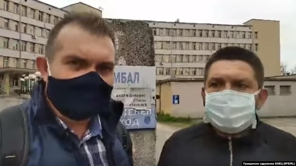 Георги Георгиев (вляво) и Петър Миланов, докато снимат видеоклипа пред видинската болница, заради който беше обвинен председателят на БОЕЦ