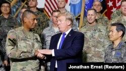 Президент США Дональд Трамп с генералом Сухопутных войск Винсентом Бруксом на базе Кэмп Хамфриз в Южной Корее.