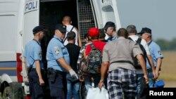 Хорватияға жеткен босқындарды полиция тіркеу үшін әкетіп барады. Хорватия, 16 қыркүйек 2015 жыл.