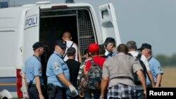 Мигранты и хорватская полиция в Товарнике, 16 сентября 2015 года.